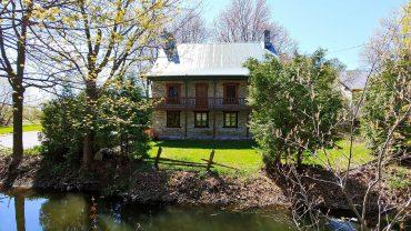 Une maison remplie d'histoire à vendre à Terrebonne